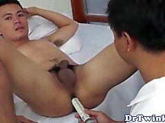 Enema recevant twink asiatique bareback foré