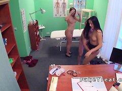 Dottore scopa infermiere e paziente