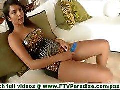 Bonaja aantrekkelijke latina met grote tieten speelde kut met blauwe dildo op de bank