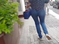 Seksi genç kız kot yürürken
