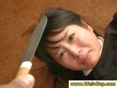 Asiatischen Mädchen bekommen gedemütigt in diesem Clip aus wie Mist behandelnden