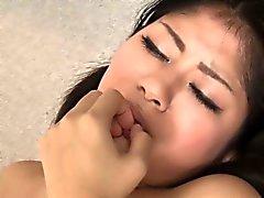 Kleinen Brüsten japanische Mädchen fingerte