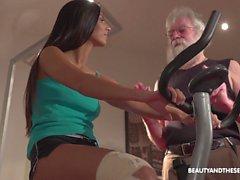 Mignonne chick brune Angela a des relations sexuelles passionnées avec le vieil homme