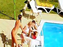 Tres polluelos coito secreto por la piscina