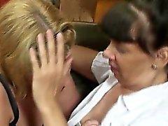 Blond Mädchen bekommt von einem geilen verführt zu
