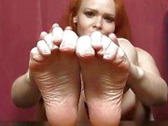 Redhead bebek Samatha seksi ayaklar ve bacaklar gösterisi