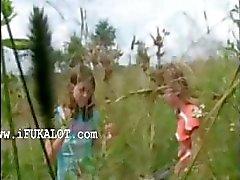 Twee amateur meisjes uitkleden op lakeside