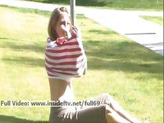 Sadie _ Reiz Babe blinkt Ihre Boobs und ihren Arsch und spielt mit zu öffentliche