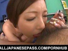 Ayami reibt Penis mit ihren großen Krügen und reitet sie mit rasierter Fotze