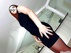 brunetta Asstraffic in vestito nero che venga analized
