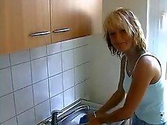 Европейской домохозяйкой трахается дома