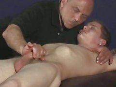 Un hombre masturbándose un gallo hombres dormir