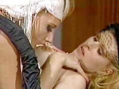 Ники Sinn качает жарко со своей подругой в течение одной лесбийской треском