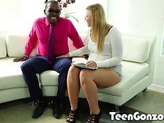 TEENGONZO Chubby блондинка подросток получает свой первый черный петух