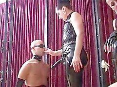 Mütevazi bir na- na ile iddialı eziyet onu köle ile oynamak için eve alır
