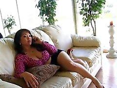 Aziatische Mom Tries Daughter's Boyfriend Black Cock