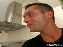 Vilaine blonde de de Sophia séduisent de Renato de sa cuisine