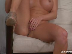 Busty blonde Samantha Saint fingert ihre Muschi