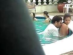 Relaciones sexuales en la piscina.