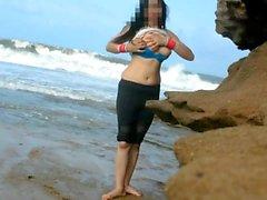 Pankhuri Kunaal si diverte in spiaggia