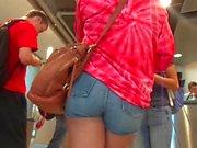 Straight Up Yummy Senkblei Brötchen in Jean Shorts