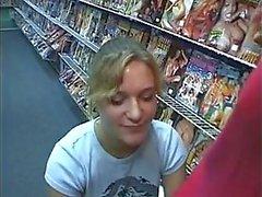 Geile blonde chick zuigt een enorme lul in de porno winkel , krijgt cum in haar mond