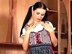 Bebé Valerie extiende su culo y el coño