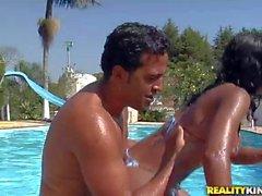 Húmeda Latinas de Giuliana Leme quita el el bikiní de la piscina