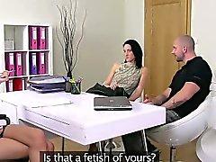 L'agent femelle en trio sur le divan la coulée