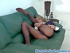 Сексуальная блондинка трет ее киску по ее колготках