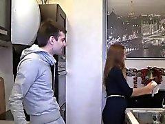 Pauvre stud permet compagnon chaud pour pénétrer son amant pour le dollar