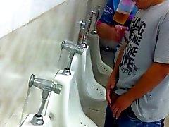 a guardare di amici in bagno