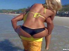 Brasilianische Beach Girl im gelben Bikini Aghatha