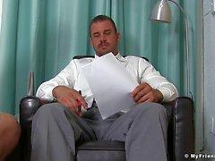 Empresário bate sua carne enquanto homo festa em seus pés