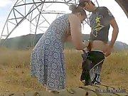 Mädchen saugt Prügel in Waldes