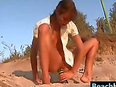 Petite adolescente Riding Una Botella En La Playa