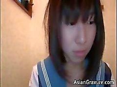Nasty oosterse schoolmeisje zuigt weiner part3