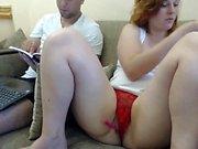 Große Brüste MILF spricht über Masturbation vor der Webcam