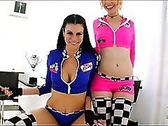 Race Car as raparigas o Proxy Paige e o mar J. Bruto revezam recebendo Análise ferrado