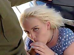 Блондинка милашка получает ее киски выебанная к патрульного агентом границы