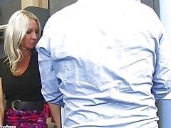 MILF Эмма Стар обольщает ее коллега - порочная бюро - Naughty America