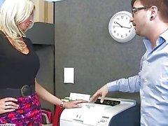 El MILF Emma Starr seduce a su compañero de trabajo - Naughty Office - Naughty America