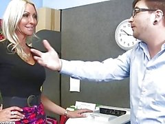 MILF Emma Starr verführt ihren Kollegen - Naughty Office - Naughty America