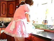 Las putas lindas del crossdresser visten para arriba como criadas y tienen partido del blowjob
