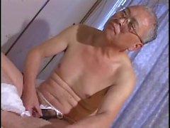 Büyükbaba yalnız evde