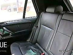 Dilettante grossi seni scopare nel sul sedile posteriore a in taxi finto