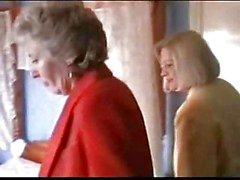 Twee grannies in lingerie en kousen