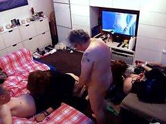 Brittisk tgirl orgie fest med 4 flickor och 2 killar del 1