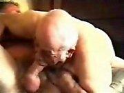 Vieux grand-papa gaie aspirant homme mûr .