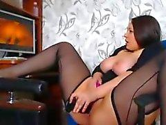 Eine Frau mit schöne Kurven wichst gerade eine porno